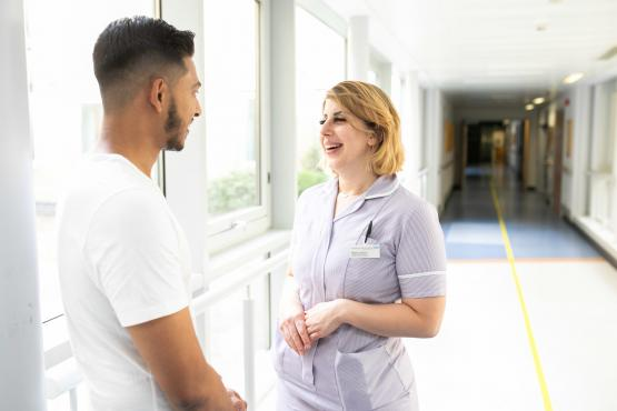 A man talking to a women in the hospital